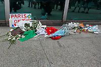 SÃO PAULO,SP, 15.11.2015 - ATENTADO-FRANCA - Vigilia em apoio as vítimas do atentado em Paris, que acontece no consulado da França, Avenida Paulista, zona sul de São Paulo, neste domingo (15). (Foto: Douglas Pingituro/Brazil Photo Press)