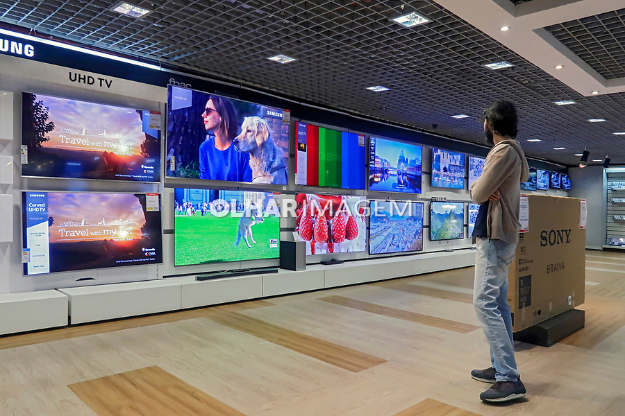 Televisoes na loja Fnac da Paulista, Sao Paulo. 2018. Foto de Juca Martins.