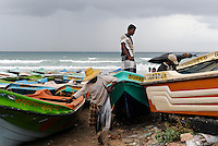 SRI LANKA Trincomalee , fisherman at the beach / SRI LANKA Trincomalee, Fischer am Strand
