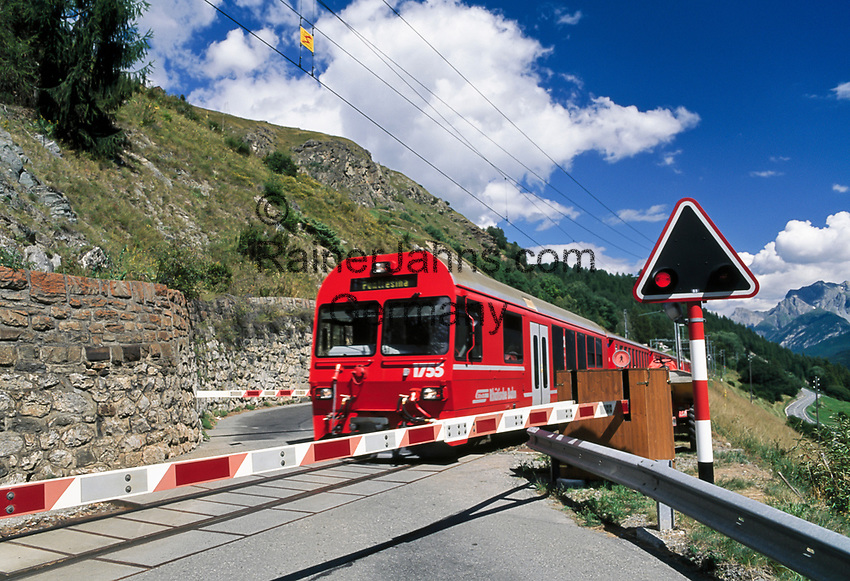 Schweiz, Graubuenden, Unterengadin, Engadinlinie der Rhaetischen Bahn von Pontresina im Oberengadin bis Scuol im Unterengadin, beschrankter Bahnuebergang   Switzerland, Graubuenden, Lower Engadin, Rhaetian Train, Engadin Line, rail crossing gate
