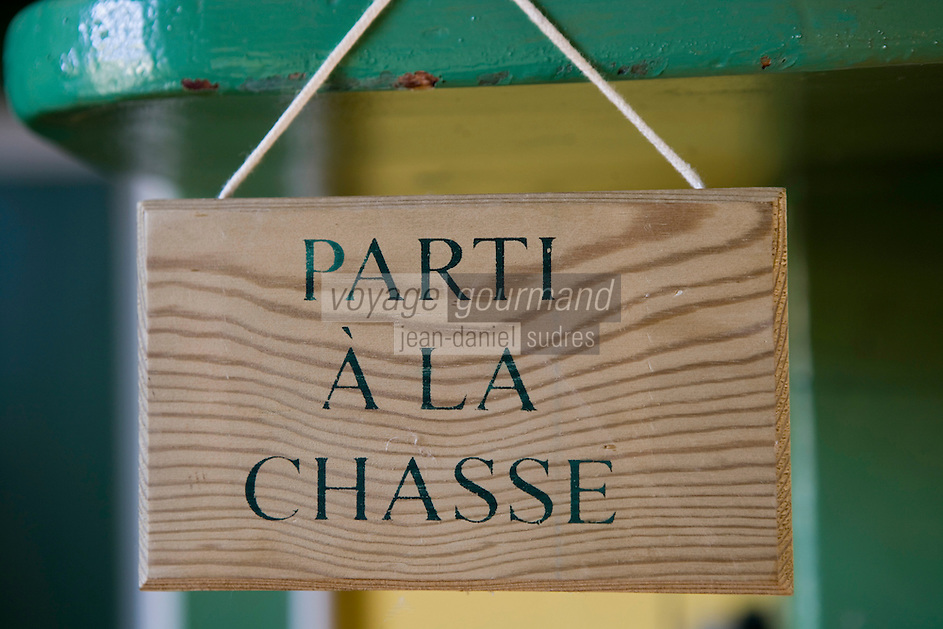 Europe/France/Aquitaine/40/Landes/Mauvezin-d'Armagnac: Domaine de l'Espérance Jean-Louis et Claire de Montesquiou  produisent un armagnac te aussi du vin de gascogne.Détail d'une plaque dans la cuisine