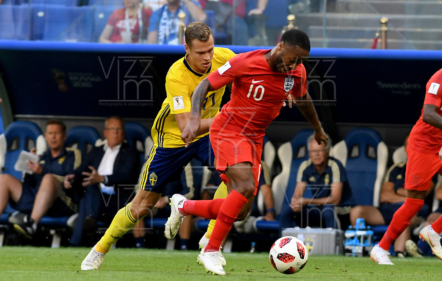 SAMARA - RUSIA, 07-07-2018: Viktor CLAESSON (Izq) jugador de Suecia disputa el balón con Raheem STERLING (Der) jugador de Inglaterra durante partido de cuartos de final por la Copa Mundial de la FIFA Rusia 2018 jugado en el estadio Samara Arena en Samara, Rusia. / Viktor CLAESSON (L) player of Sweden fights the ball with Raheem STERLING (R) player of England during match of quarter final for the FIFA World Cup Russia 2018 played at Samara Arena stadium in Samara, Russia. Photo: VizzorImage / Julian Medina / Cont