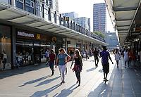 Winkelen in de Korte Lijnbaan in  Rotterdam