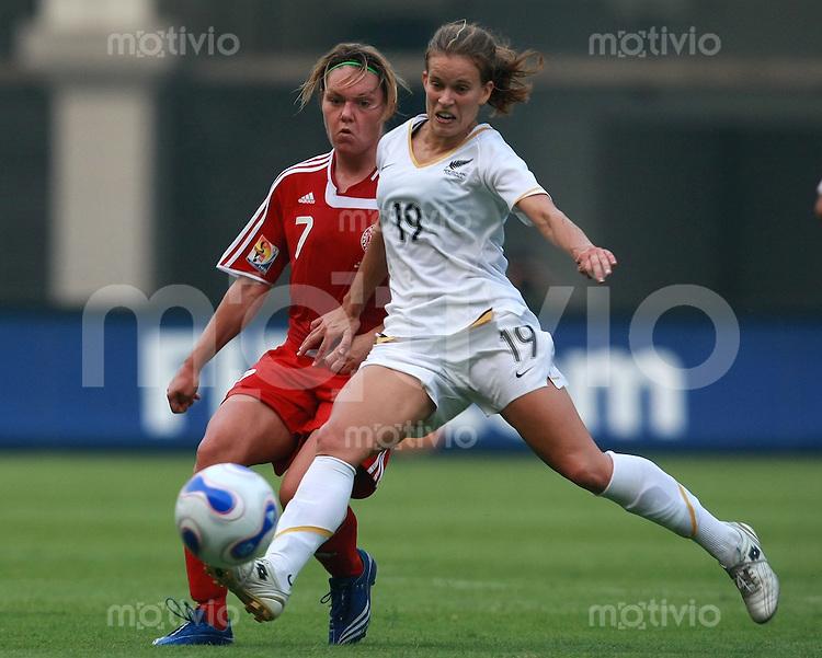 Fussball Frauen Weltmeisterschaft China 2007 , ,  Gruppe D , Daenemark - Neuseeland ; Denmark - New Zealand  Cathrine PAASKE - SORENSEN (DEN) gegen Emily MC COLL (NZL)