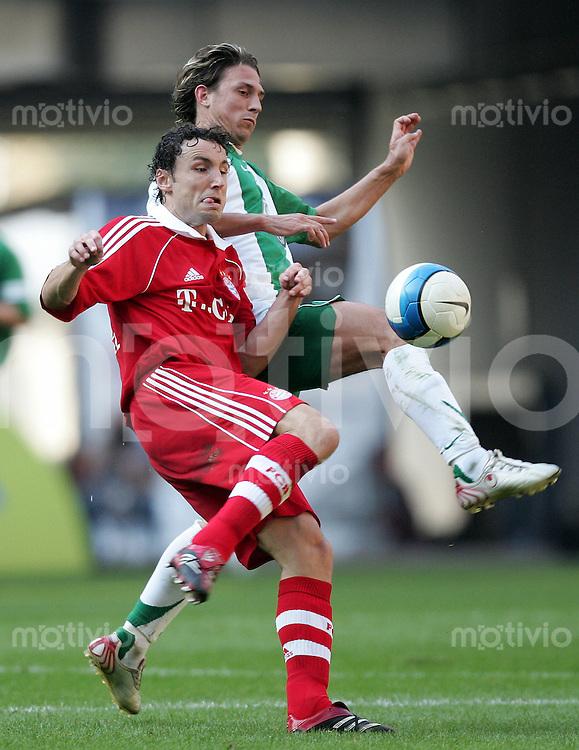 Fussball Bundesliga VFL Wolfsburg - FC Bayern Muenchen Mark VAN BOMMEL (FCB, l) gegen Jonathan SANTANA (VFL).
