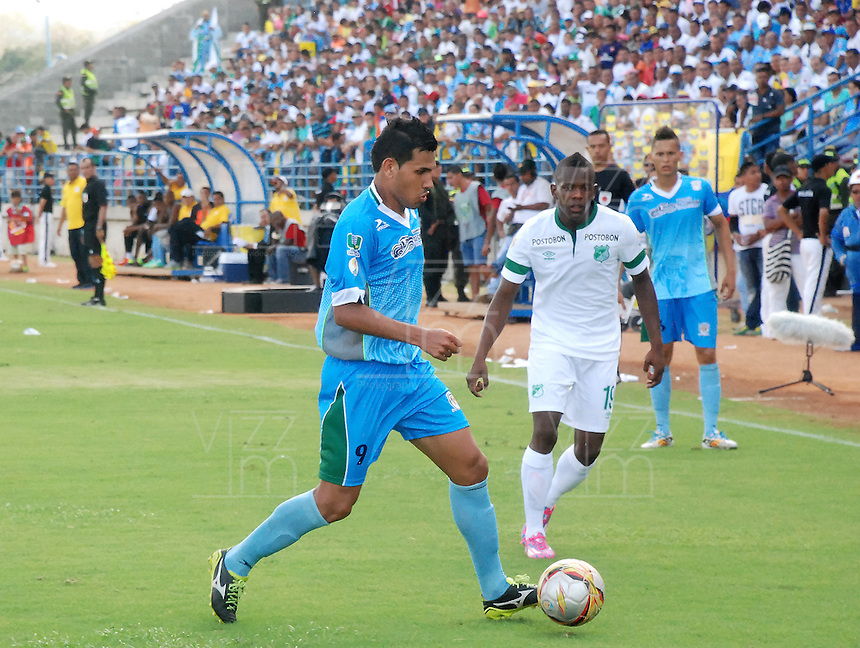 MONTERIA - COLOMBIA -01-02-2015: Junior Sandoval (Izq.) jugador de Jaguares FC, disputa el balón con Yerson Candelo (Der.) jugador de Deportivo Cali, durante  partido Jaguares FC y Deportivo Cali,  por la fecha 1 de la Liga de Aguila I 2015 en el estadio Municipal de Monteria en la ciudad de Monteria. / Junior Sandoval (L) of Jaguares FC, figths the ball with Yerson Candelo (R) jugador of Deportivo Cali during a match Jaguares FC and Deportivo Cali for date 1 of the Liga de Aguila I 2015 at the Municipal de Monteria stadium in Monteria city. Photo: VizzorImage