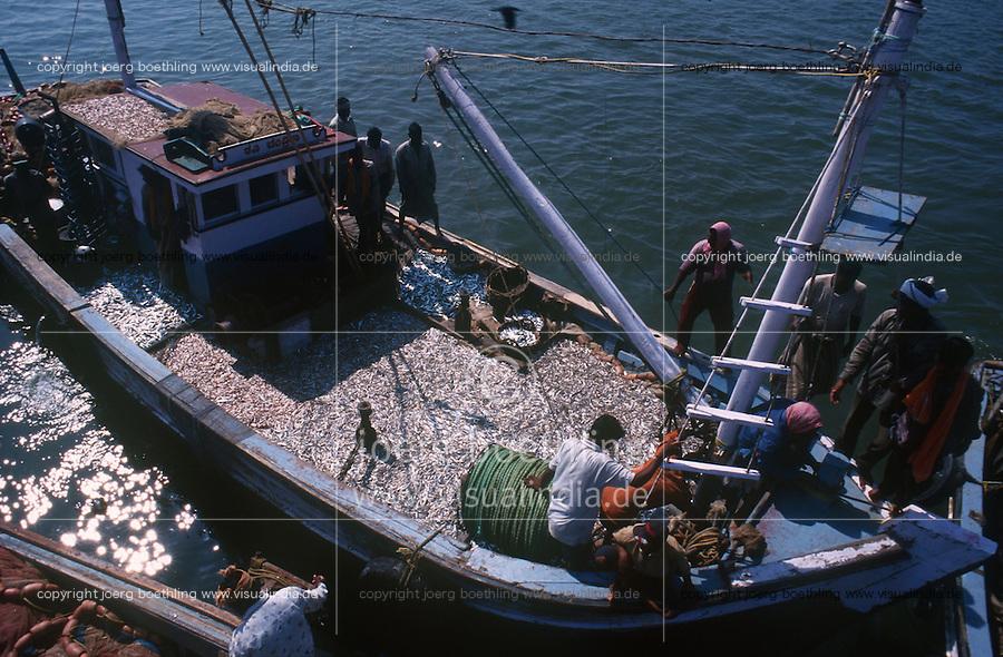 INDIA Karnataka, Mangaluru, Mangalore, fishing harbour with fishing boats / INDIEN, Fischereihafen Mangalore, Fischerboote landen ihren Fang an