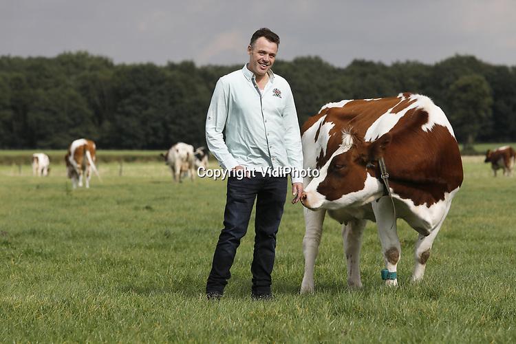 Foto: VidiPhoto<br /> <br /> WIJCHEN &ndash; Agrarisch uitvinder Antoon van Mullekom uit Wijchen bij de koeien van zijn neef. Van Mullekom heeft een techniek uitgevonden die er toe leidt dat planten voedingsstoffen uit mest beter benutten.