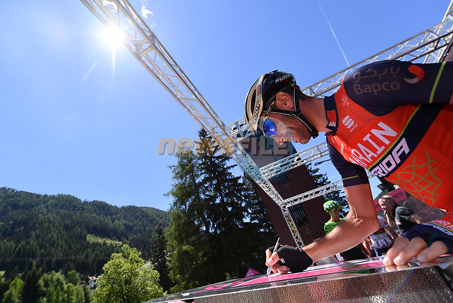 Vincenzo Nibali (ITA) Bahrain-Merida at sign on before the start of Stage 18 of the 100th edition of the Giro d'Italia 2017, running 137km from Moena to Ortisei/St. Ulrich, Italy. 25th May 2017.<br /> Picture: LaPresse/Gian Mattia D'Alberto   Cyclefile<br /> <br /> <br /> All photos usage must carry mandatory copyright credit (&copy; Cyclefile   LaPresse/Gian Mattia D'Alberto)