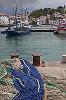 Europe/France/Aquitaine/64/Pyrénées-Atlantiques/Pays-Basque/Saint-Jean-de-Luz: Le port de pêche et un thonier canneur , en fond  les maisons et l'église  de Ciboure: Eglise Saint-Vincent