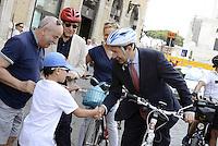 Roma,28 Giugno 2013<br />  Piazza Venezia<br /> Il sindaco di Roma Ignazio Marino in Bicicletta .<br /> Nella foto si ferma a salutare un bambino