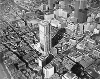 Photographie du centre-ville et du site du futur Bureau de commerce de MontrÈal en 1964.<br /> 1964.<br /> Source : Archives - HEC MontrÈal, P019/X1,0031.