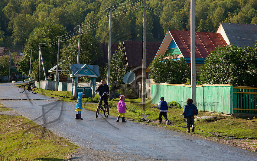 On the main street of Gadel-Gareyéro, the village children take advantage of a sun-filled day.