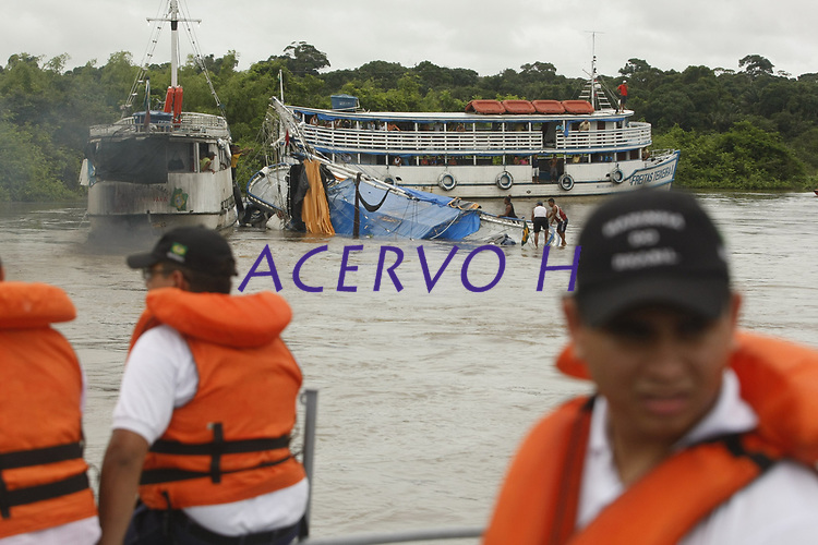 Uma embarcação que transportava aproximadamente 70 passageiros naufragou na madrugada desta sexta-feira (19), durante o trajeto de Arapixi, uma localidade do município de Chaves, na ilha do Marajó, com destino a Belém. Três pessoas morreram e 26 estão desaparecidas.<br />  O naufrágio ocorreu no Rio Arari, nas proximidades do  município de Cachoeira do Arari. De acordo com o a Capitania dos Portos, três corpos foram encontrados. O Corpo de Bombeiros informou que 41 pessoas foram resgatadas até o início da manhã, sendo que nove estão internadas em um hospital no município de Cachoeira.<br /> <br /> Dois navios da Marinha mais uma lancha auxiliar foram enviados para a localidade para fazer as buscas aos sobreviventes. As viagens do arquipélago para a capital são longas, duram em média 12 horas e acontecem geralmente a noite, muitas pessoas dormem durante a viagem.<br /> <br /> Uma equipe do Corpo de Bombeiros também está se deslocando para o Marajó para fazer a remoção dos corpos e auxiliar na buscas. Um inquérito será instaurado para apurar as causas do naufrágio, que ainda são desconhecidas. A previsão de conclusão é de 90 dias.<br /> Foto Marcelo Seabra
