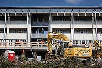 L'aquila, Abruzzo, Italia. 20.09.2009. Byggingen av leilighetskompleksene finnansiert av EU og Italia er i sluttfasen. Pengebruken rundt byggingen har senere blitt sterkt kritisert av EU og Søren SOndergaard. Klokken 03:32 den 6 april 2009. Et jordskjelv som måler 6.3 ryster byen. 309 mennesker mister livet. Fem år senere sliter de som overlevde fortsatt med etterskjelvene, i form av en guffen cocktail av uærlige offentlige tjenestemenn, mafia og 494 millioner øremerkede euro på avveie. Fotografier til bruk i feature i DN lørdag 05.04.2014. Foto: Christopher Olssøn..2014. Cora Fontana, Pietro Verga og David Gogishvili studerer ved Gran Sasso Science Institute.  L'aquila, 6. april 2009 kl. 03:32: Et jordskjelv som måler 6.3 ryster byen. 309 mennesker mister livet. Fem år senere sliter de som overlevde fortsatt med etterskjelvene, i form av en guffen cocktail av uærlige offentlige tjenestemenn, mafia og 494 millioner øremerkede euro på avveie. Fotografier til bruk i feature i DN lørdag 05.04.2014. Foto: Christopher Olssøn.
