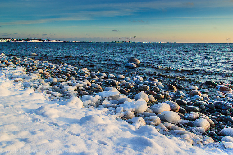 Bild: Landskap med vinter, snö och is vid havet i Stockholms skärgård Sörmland Sverige / Photo: Seascape with winter snow and ice at the sea in Stockholm archipelago Sweden