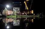 UTRECHT - In de Leidsche Rijnse wijk Terweide zijn in het holst van de nacht, zes door ABC Arkenbouw gebouwde waterwoningen in het water getild. De door Sipma Architecten ontworpen en in Urk gebouwde woningen zijn vanaf een kade op bedrijventerrein LageWeide op transport gegaan en met een 400 ton kraan in het water gezet. Om het transport voor de twee verdiepingen hoge en 12,5 meter lange huizen mogelijk te maken, moesten op enkele plaatsen de portalen van de verkeerslichten omhoog getild worden. Het is de tweede keer dat ABC Waterwoningen woonboten in Terwijde te water liet. COPYRIGHT TON BORSBOOM