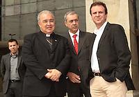 RIO DE JANEIRO, RJ, 10 JULHO 2013 - SIMBOLOS DA JORNADA DA JUVENTUDE VISITAM A SEDE DA PREFEITURA  - Os símbolos da Jornada Mundial da Juventude - a Cruz Peregrina e o Ícone de Nossa Senhora - foram recebidos na sede da Prefeitura do Rio, na Cidade Nova, nesta quarta-feira. O prefeito Eduardo Paes (direita) e o Arcebispo do Rio, Dom Orani Tempesta, participaram da celebração ao lado de secretários e funcionários municipais, na Cidade Nova nessa quarta , 10. (FOTO: LEVY RIBEIRO / BRAZIL PHOTO PRESS)
