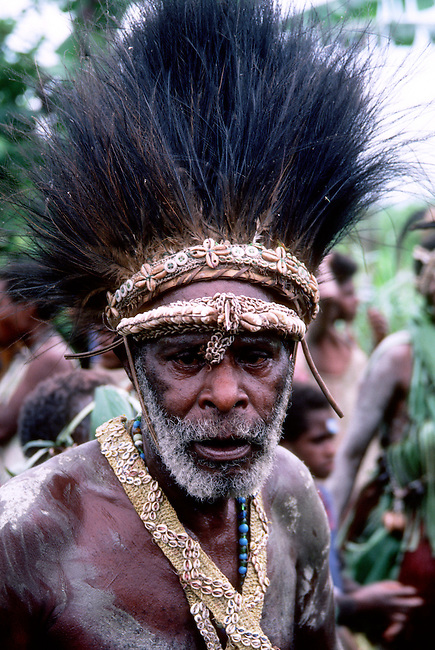 PAPUA NEW GUINEA, SEPIK RIVER, PORTRAIT OF TRIBAL DANCER AT SING-SING