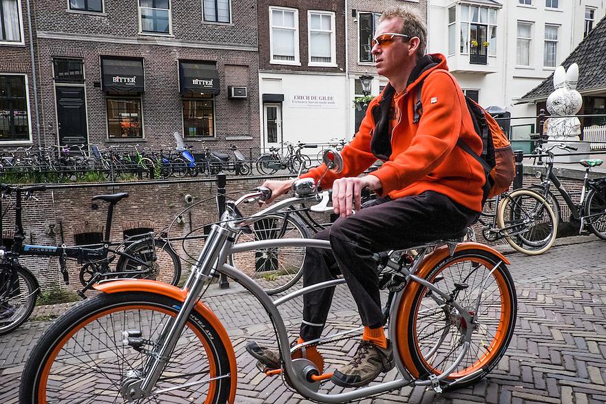 Nederland, Utrecht, 16 juni 2015 <br /> Jongen op een blitse fiets, een zgn lowrider, fiets over de Oudegracht in utrecht. <br /> <br />  Foto: Michiel Wijnbergh