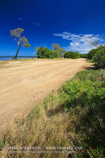 Piste en bord de mer, région de La Foa, côte ouest Nouvelle-Calédonie