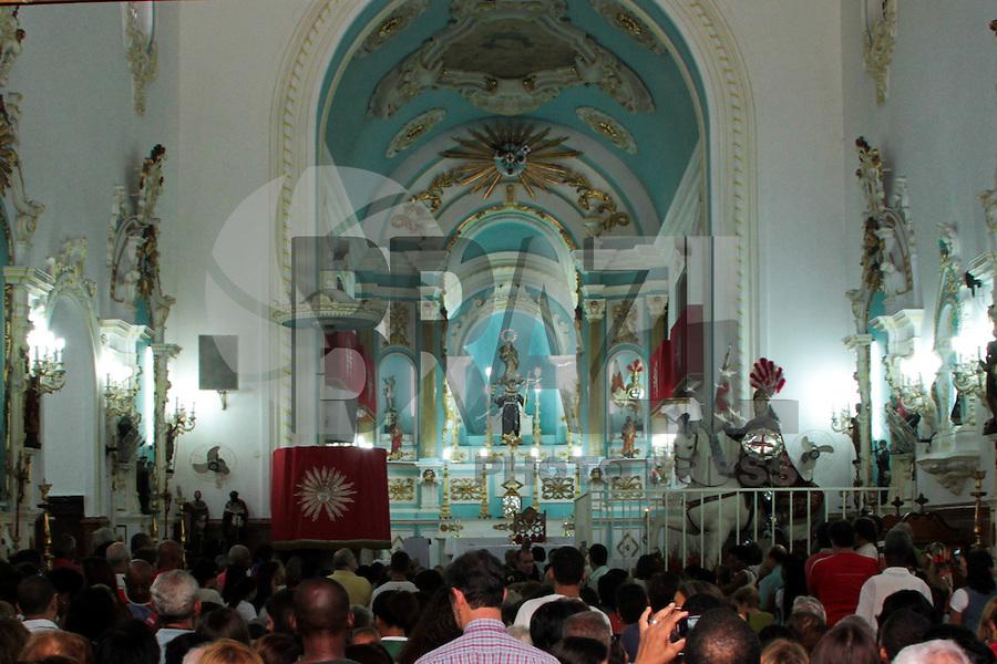 RIO DE JANEIRO; RJ; 23 DE ABRIL 2013 - Fieis se congregam na Igreja de São Jorge, no Campo de Santana próxima à Central do Brasil, para participar das missas e orações ao santo padroeiro da Cidade do Rio de Janeiro. FOTO: NÉSTOR J. BEREMBLUM - BRAZIL PHOTO PRESS.
