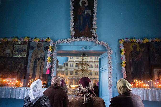 Betende in der Altgl&auml;ubiger-Kirche. / People praying inside the old believers church.<br /><br />Vylkovo ist eine kleine Stadt im ukrainischen Teil des Donaudeltas im Oblast Odessa, in unmittelbarer N&auml;he zur rum&auml;nischen Grenze. Im 18. Jahrhundert siedelten hier Altgl&auml;ubige und Donkosaken, die im Zarenreich religi&ouml;s und politisch verfolgt wurden. Noch heute, 300 Jahre nach dem Exodos, versucht die Gemeinschaft ihre Traditionen, ihren Glauben und ihren Lebensstil zu bewahren und in die globalisierte Welt des 21. Jahrhunderts zu retten. / Vylkovo is a small town in the Ukrainian part of the Danube Delta, Oblast Odessa, close to the Rumanian border. In the 18th century during the Russian Empire, Old believers and Don Cossacks who had been persecuted for political and religious reasons. Until today, 300 years later, they try to preserve their traditions.