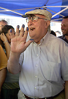 ROMA 7 LUGLIO 2008.PIAZZA DELL'ESQUILINO.RACCOLTA VOLONTARIA DELLE IMPRONTE CONTRO LA NORMA CHE RICHIEDE LA SCHEDATURA DEI BIMBI ROM.NELLA FOTO :ANDREA CAMILLERI .FOTO SIMONA GRANATI.