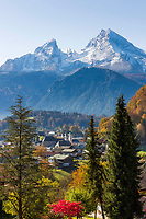 Deutschland, Bayern, Oberbayern, Berchtesgadener Land, Berchtesgaden: Blick ueber die Stadt und Kleiner und Grosser Watzmann | Germany, Upper Bavaria, Berchtesgadener Land, Berchtesgaden: view across town and Watzmann mountains