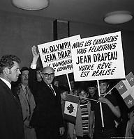 Arrivée du maire Jean Drapeau à l'aéroport de Dorval après l'obtention des Jeux, mai 1970,