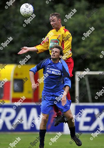 2010-08-25 / Voetbal / seizoen 2010-2011 / Bornem - Kapellen / Maxim Van Hoydonck (Kapellen) met Bart Ghyselinck in de rug..Foto: Mpics
