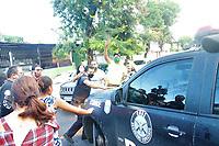 Recife (PE), 29/06/2020 - Crime-Recife - Uma multidão aguardava Sarí na frente da Delegacia nesta segunda (29), como os manifestantes queriam linchar a mesma, ela precisou ser escoltada e foi levada de viatura para sua residência.