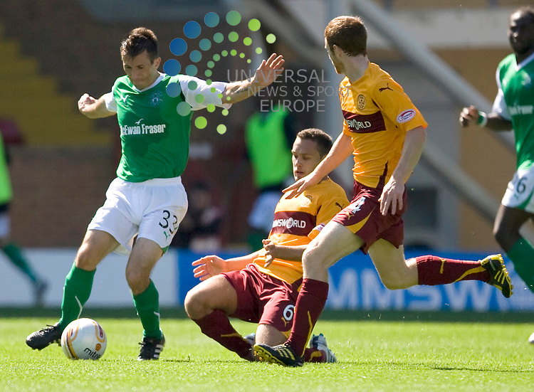 Liam Miller drives through the Well midfield during The Clydesdale Bank Premier League match between Motherwell and Hibernian at Fir Park 15/08/10..Picture by Ricky Rae/universal News & Sport (Scotland).