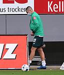 FussballFussball: agnph001:  1. Bundesliga Saison 2019/2020 27. Spieltag 23.05.2020<br />SC Freiburg - SV Werder Bremen<br />Marco Friedl (SV Werder Bremen) geht verletzt aus dem Innenraum des Scharzwald-Stadion<br /> FOTO: Markus Ulmer/Pressefoto Ulmer/ /Pool/gumzmedia/nordphoto<br /><br />Nur für journalistische Zwecke! Only for editorial use! <br />No commercial usage!