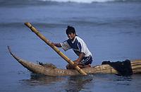 Amérique/Amérique du Sud/Pérou/Env de Chiclayo/Pimentel : Pêcheur assis sur un Caballito de Totora pêche à la ligne