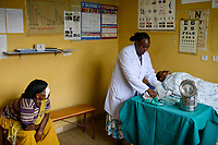 ETHIOPIA Taza Catholic Health Center , eye clinic / AETHIOPIEN Taza Catholic Health Center, Augenklinik, Sr. Meskel Kelta, Patientin Momena Yanuse