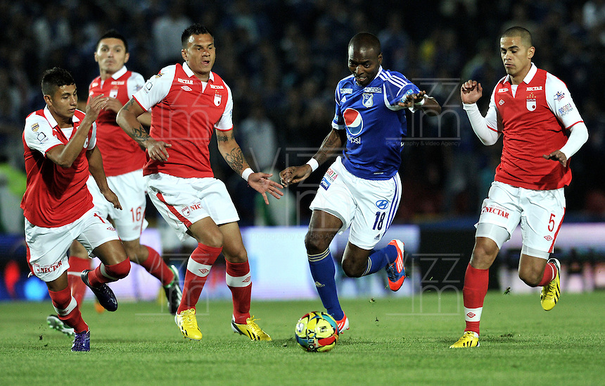 "BOGOTA, COLOMBIA - JANUARY 24: Wason Renteria (2 Der.) de Millonarios disputa el balón con Juan Roa (Izq.) Humbero Mendoza (2Izq.) Yulian Anchico (Der.), de Independiente Santa Fe en un partido por la Súper Liga de Campeones en el estadio Nemesio Camacho ""El Campín"" en la ciudad de Bogotá, el 24 de enero 2013. Wason Renteria (2R) of Millonarios fights for the ball with Juan Roa (L.) Humbero Mendoza (2L.) Yulian Anchico (R), of Independiente Santa Fe during a match For the Champions Super League at the Nemesio Camacho  ?El Campin? stadium in Bogota city, on January 24, (Photo: VizzorImage/Luis Ramírez)"