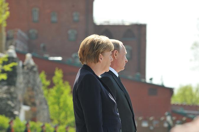 Angela Merkel in Moskau legt mit Putin Kränze am Grab des unbekannten Soldaten nieder. / Chancellor Merkel in Moscow with Putin