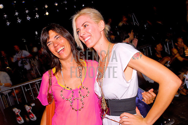 São Paulo, Brasil – 19/01/2010 - Elisa Stecca e Elisa Shanan no desfile de Ronaldo Fraga durante o São Paulo Fashion Week  -  Inverno 2010. Foto : Mathias Coaracy / Ag. Fotosite