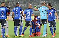 MEDELLÍN -COLOMBIA-31-10-2015. Jugadores de Atlético Nacional y Millonarios durante los actos protocolarios previo al partido por la fecha 17 de la Liga Aguila II 2015 jugado en el estadio Atanasio Girardot de la ciudad de Medellín./ Players of Atletico Nacional  and Millonarios during the formal events prior the match for the  17th date of the Aguila League II 2015 at Atanasio Girardot stadium in Medellin city. Photo: VizzorImage/León Monsalve/ Str
