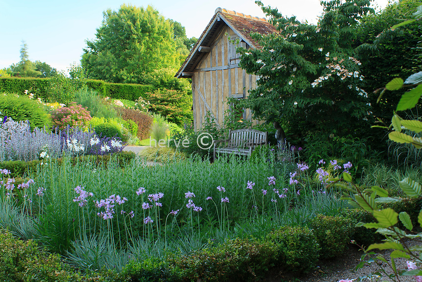 """Jardins du pays d'Auge (mention obligatoire dans la légende ou le crédit photo):.jardin """"le repos du jardinier"""" avec 4 carrés bordés de buis."""