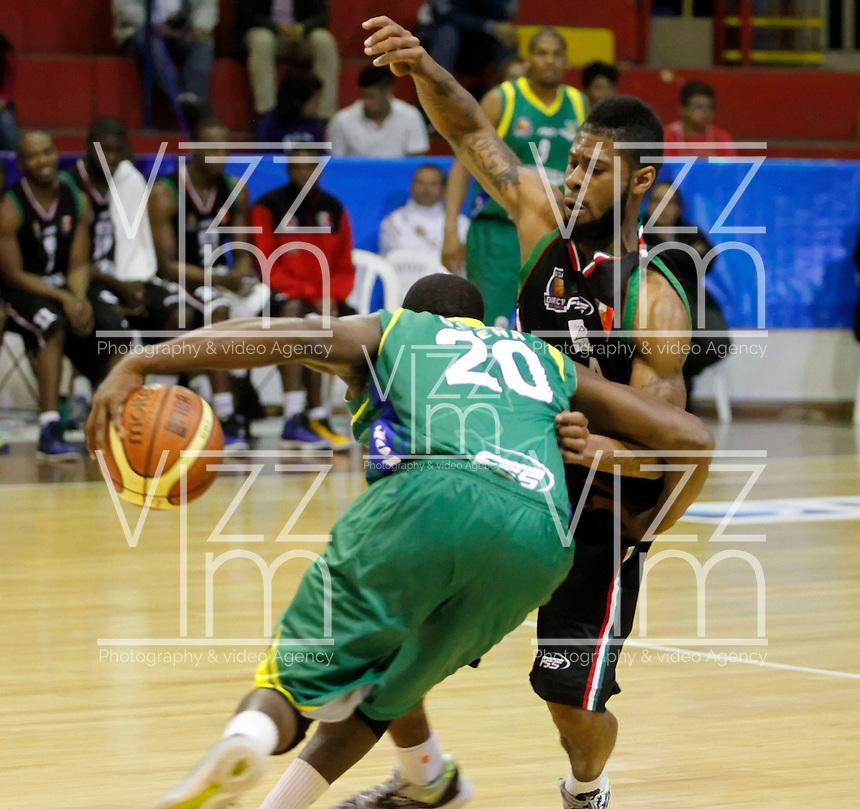 MANIZALES -COLOMBIA, 22-10-2013. Camontae Griffin (D) de Manizales Once Caldas disputa el balón con Gerson Peña(I) Bambuqueros de Neiva durante partido válido por la fecha 6 de la Liga DirecTV de Baloncesto 2013-II de Colombia jugado en el coliseo Jorge Arango de la ciudad de Manizales./ Camontae Griffin (R) of Manizales Once Caldas fights for the ball with Gerson Peña of Bambuqueros de Neiva during match valid for the 6th date of the DirecTV Basketball League 2013-II in Colombia at Jorge Arango coliseum in Manizales. Photo:VizzorImage / Santiago Osorio / STR