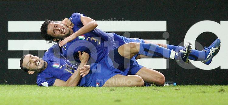 Fussball WM 2006  Halbfinale   Deutschland - Italien Gianluca ZAMBROTTA (ITA, li) jubelt mit Torschuetze Fabio GROSSO (ITA, oben) nach dem 1:0