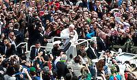 Papa Francesco bacia un bambino al ternine della messa per la Domenica delle Palme in piazza San Pietro, Citta' del Vaticano, 13 aprile 2014.<br /> Pope Francis kisses a baby at the end of the Palm Sunday mass in St. Peter's square at the Vatican, 13 April 2014.<br /> UPDATE IMAGES PRESS/Isabella Bonotto<br /> <br /> STRICTLY ONLY FOR EDITORIAL USE