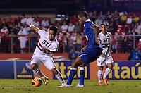 SÃO PAULO, SP, 20 DE JULHO DE 2013 - CAMPEONATO BRASILEIRO - SÃO PAULO x CRUZEIRO: Jadson (e) e Dedé (d) durante partida São Paulo x Cruzeiro, válida pela 8ª rodada do Campeonato Brasileiro de 2013, disputada no estádio do Morumbi em São Paulo. FOTO: LEVI BIANCO - BRAZIL PHOTO PRESS.