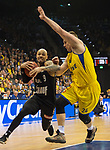 14.04.2018, EWE Arena, Oldenburg, GER, BBL, EWE Baskets Oldenburg vs s.Oliver W&uuml;rzburg, im Bild<br /> <br /> Rasid MAHALBASIC (EWE Baskets Oldenburg #24)<br /> Maurice STUCKEY (s.Oliver W&uuml;rzburg #9)<br /> Foto &copy; nordphoto / Rojahn
