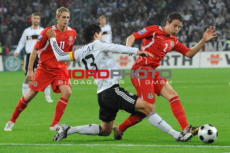 Fussball, L&auml;nderspiel, WM 2010 Qualifikation Gruppe 4 in M&ouml;nchengladbach ( Borussia Park ) <br />  Deutschland (GER) vs. Wales ( GB ) 1:0 ( 0:0 )<br /> <br /> Zweikampf Michael Ballack (Ger /  Chelsea London #13) gegen Christopher Gunter (Wales #02) li David Edwards (Wales #11)<br /> <br /> <br /> Foto &copy; nph (  nordphoto  )<br />  *** Local Caption ***