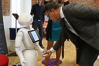Wissenschaftsminister Boris Rhein mit Roboter Pepper