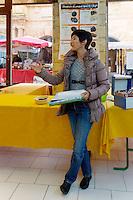 La responsable de la vente rappelle les regles a respecter de ce marche et indique les derniers prix pratiques dans la region