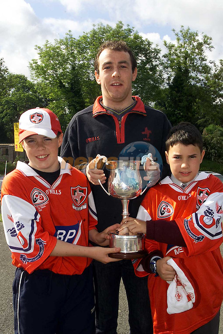 Darren Black and Mark Noone with Louth's Breen Phillips when they visited Tullyallen National School..Picture Paul Mohan Newsfile